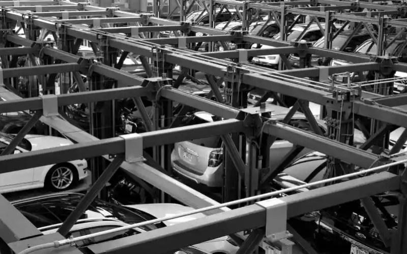 fotografía de carros en blanco y negro