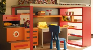 Lagrama nos propone un pequeño escritorio infantil desplazable y una silla de juegos.