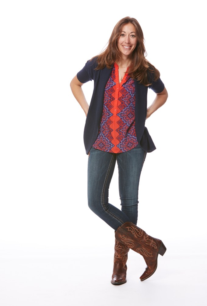 Kelly tucks her jeans most of time, frequently rocking skinny jeans and featuring classic boots.