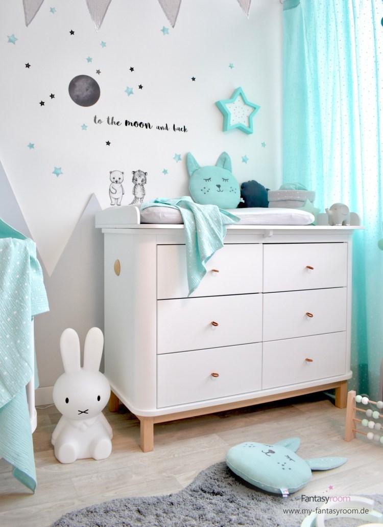 Hochwertige Wickelkommode 'Wood' von Oliver Furniture im Babyzimmer in Mint und Grau