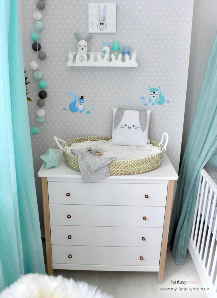 Kindertapete mit Punkten in Grau und Weiß und Babymöbeln