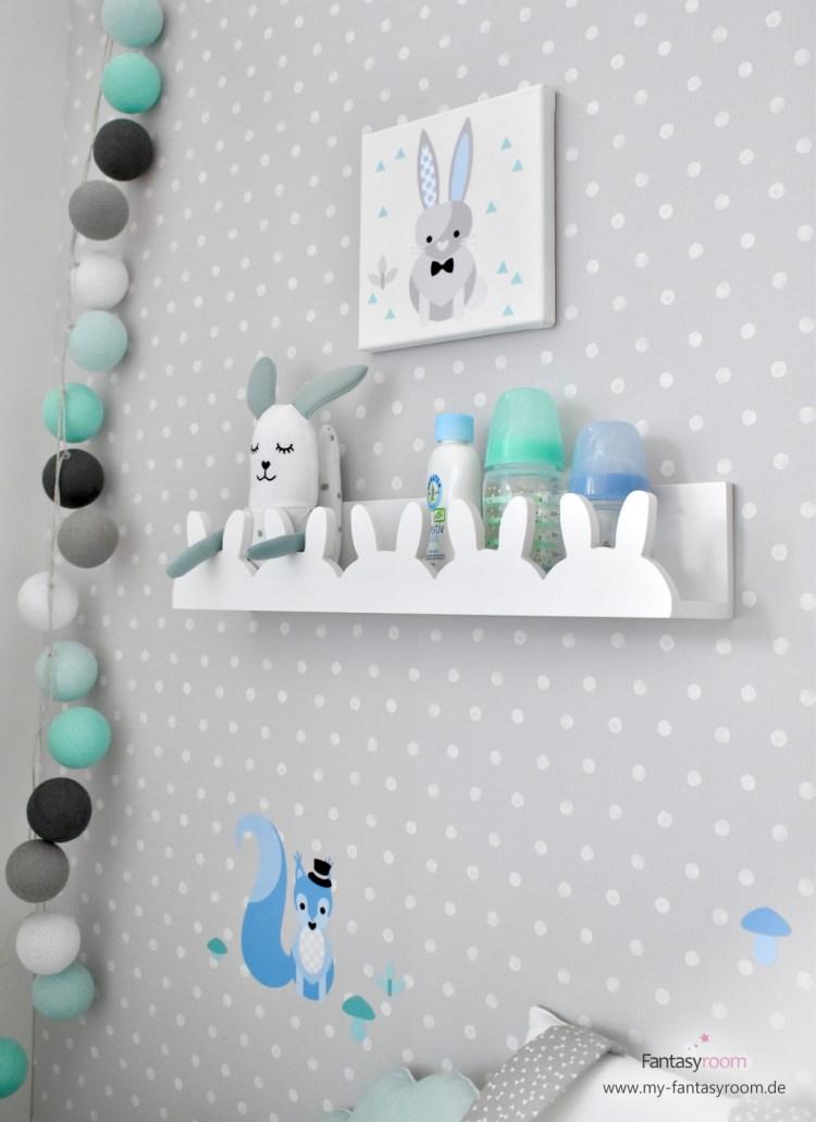 Babyzimmer Wandregal Hasen als Deko und Garderobe