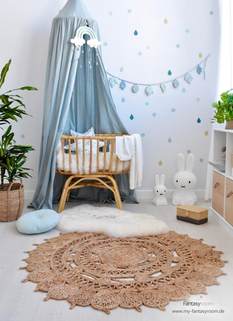 Gemütliches Babyzimmer mit Rattanwiege, Juteteppich und passender Deko
