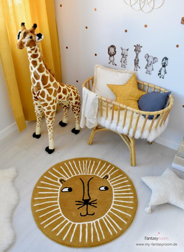 Mit dem schicken Löwenteppich von Oyoy wird das Babyzimmer fröhlich und verspielt