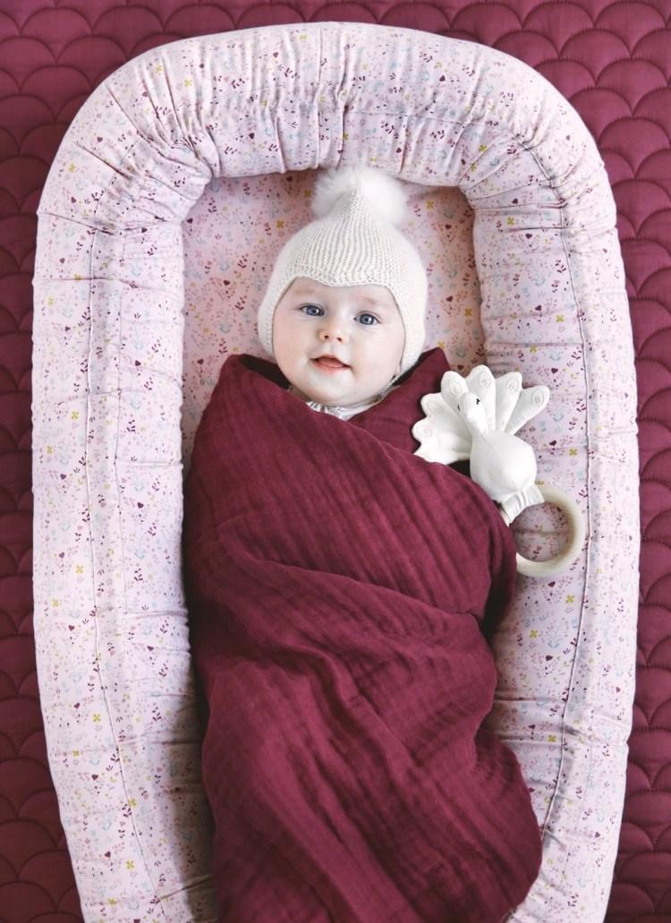Mobiles, geblümtes Cocoon Babynestchen von Cam Cam mit Baby