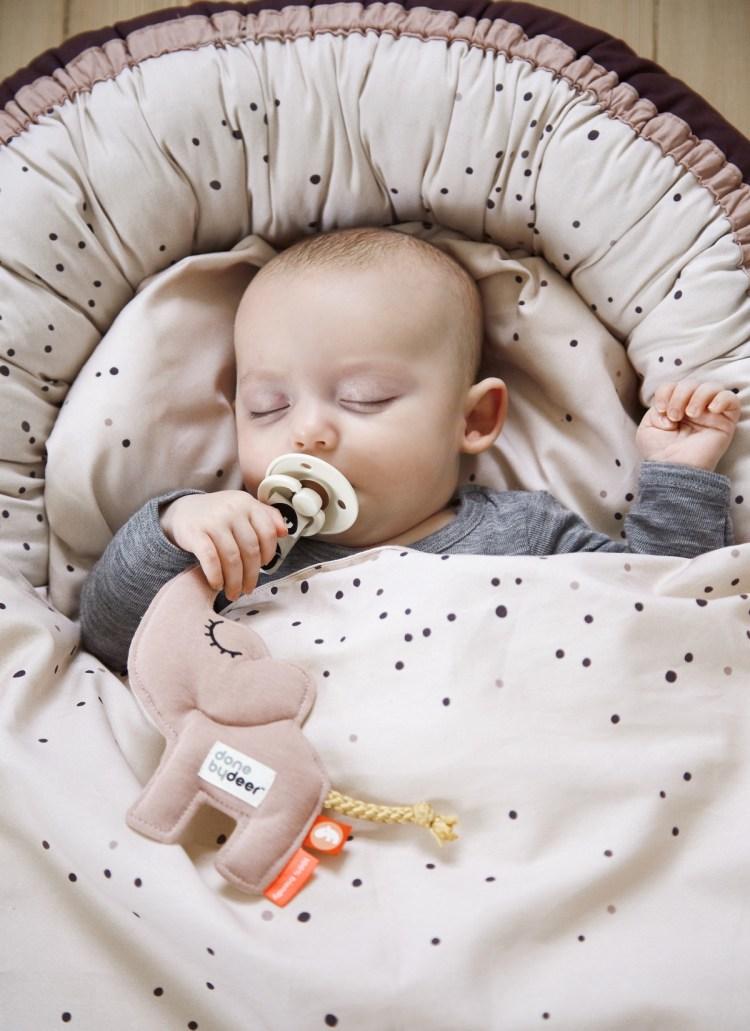 Praktische Cocoon Babynestchen von Done by Deer mit schlafendem Baby