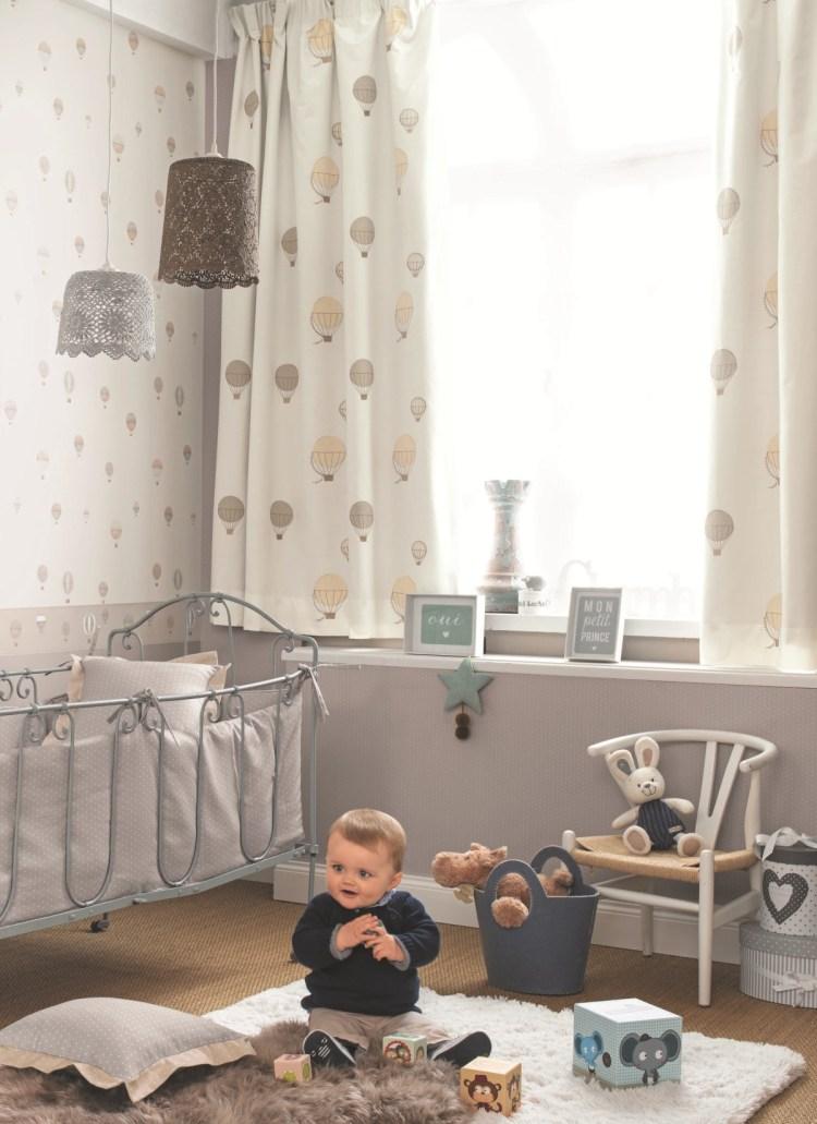 Babyzimmer mit Heißluftballons Tapete und Vorhängen in Beige und Grau von Casadeco