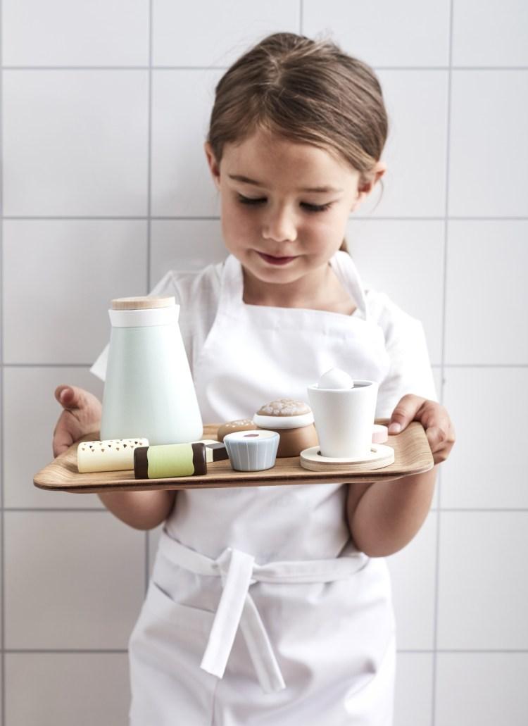 Kinderküchen Holzspielzeug von Kids Concept auf dem Tablett