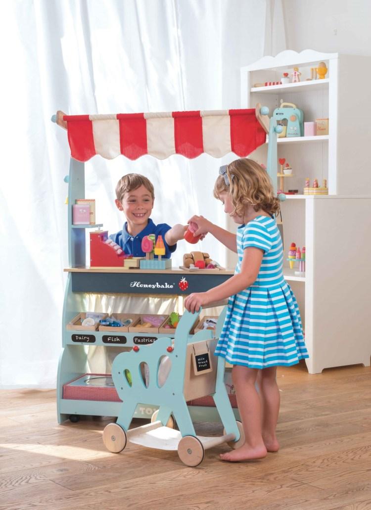 Holzspielzeug und Marktstand von Le Toy Van