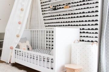 Modenres Kinderzimmer in Schwarz, Weiß und Naturholz