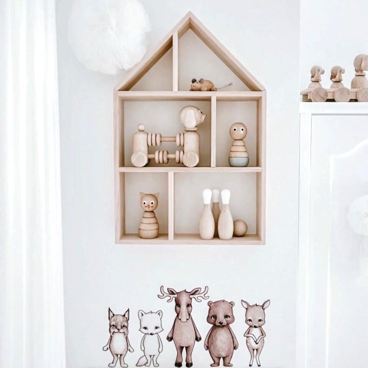Skandinavisches Kinderzimmer in Weiß und Natur mit Wandregal und Stickstay Wandstickern