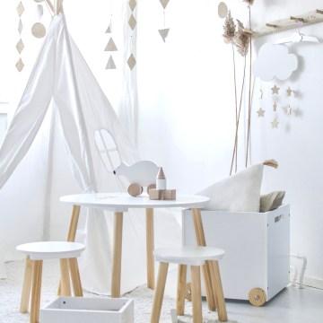 Skandinavisches Kinderzimmer in Weiß und Natur mit Sitzgruppe und Tipizelt