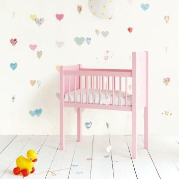 Fototapete 'Herzen' von Eijffinger im Babyzimmer mit rosa Babywiege