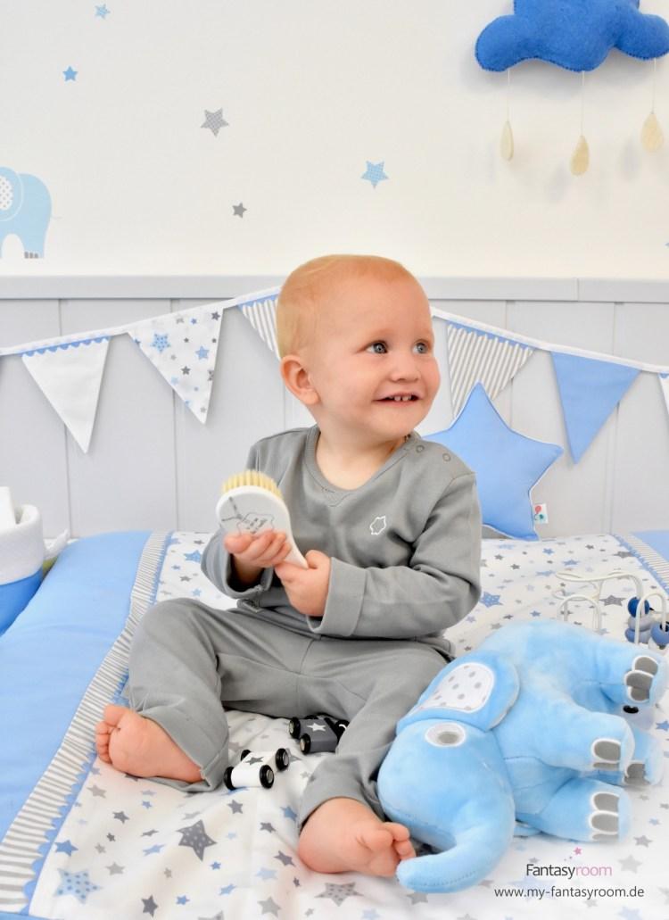 Breite Wickelauflage von Dinki Balloon im Babyzimmer für Jungen mit blauen Sternen