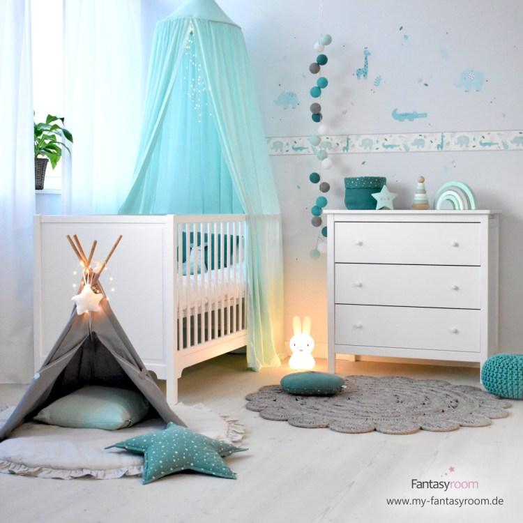 Babyzimmer mit mintfarbenem Betthimmel, Bordüre und Deko