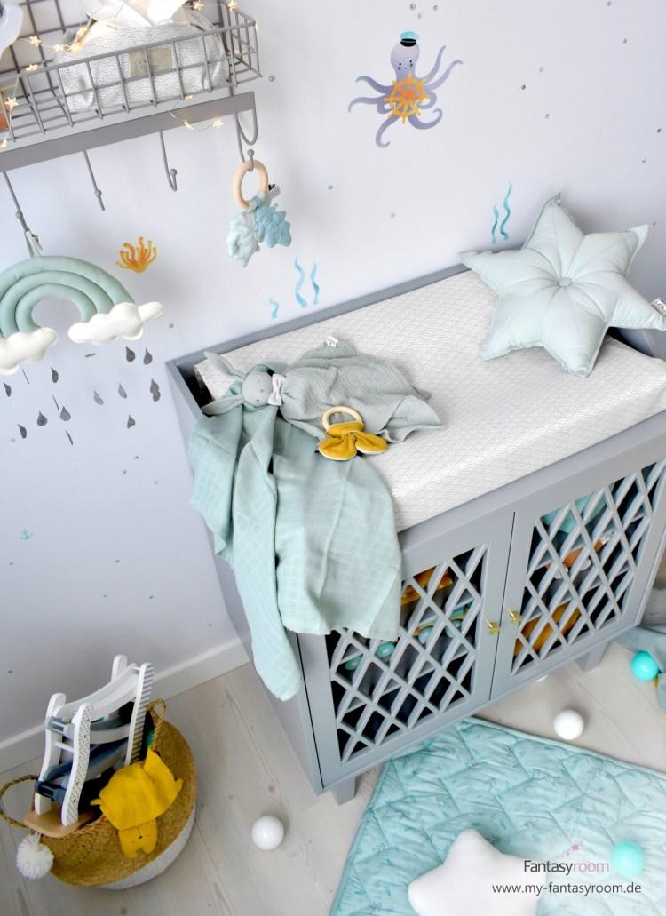 Babyzimmer mit Dinki Balloon Wandstickern 'Unterwassertiere', grauer Cam Cam Kommode und Deko