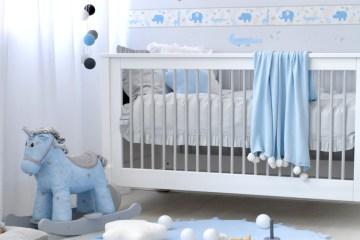 Babyzimmer für Jungen in Hellblau und Grau mit Safaritierchen