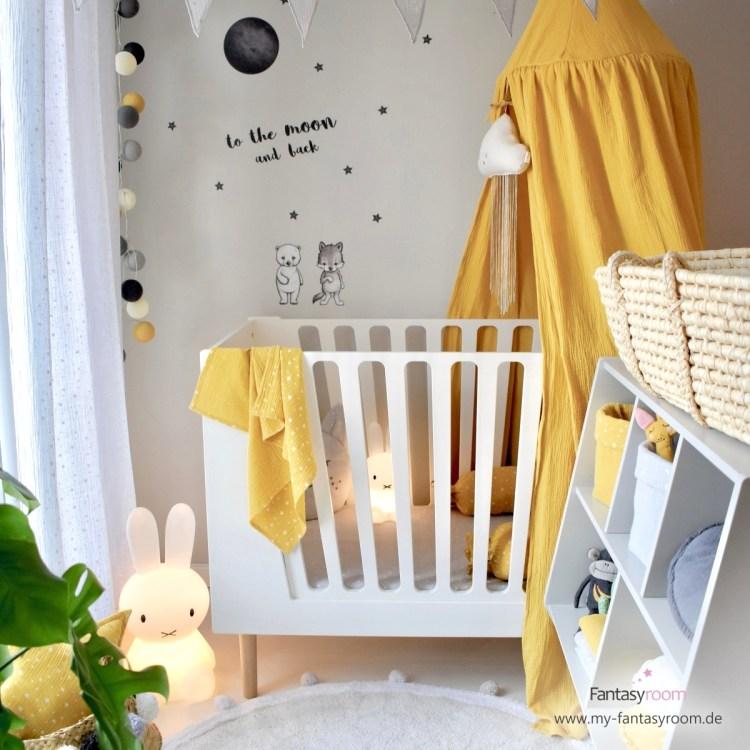 Babyzimmer mit gelbem Betthimmel und Deko