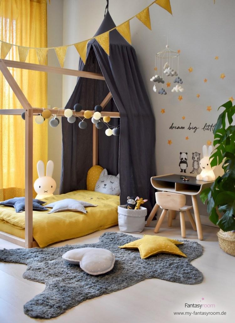 Hausbett und Kindersitzgruppe aus Naturholz im stylischen Kinderzimmer in Senfgelb und Dunkelgrau