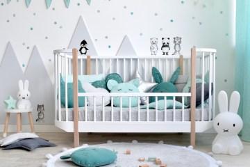 Kinderzimmer mit Kinderbett und Punkte Wandstickern in Grau und Jade