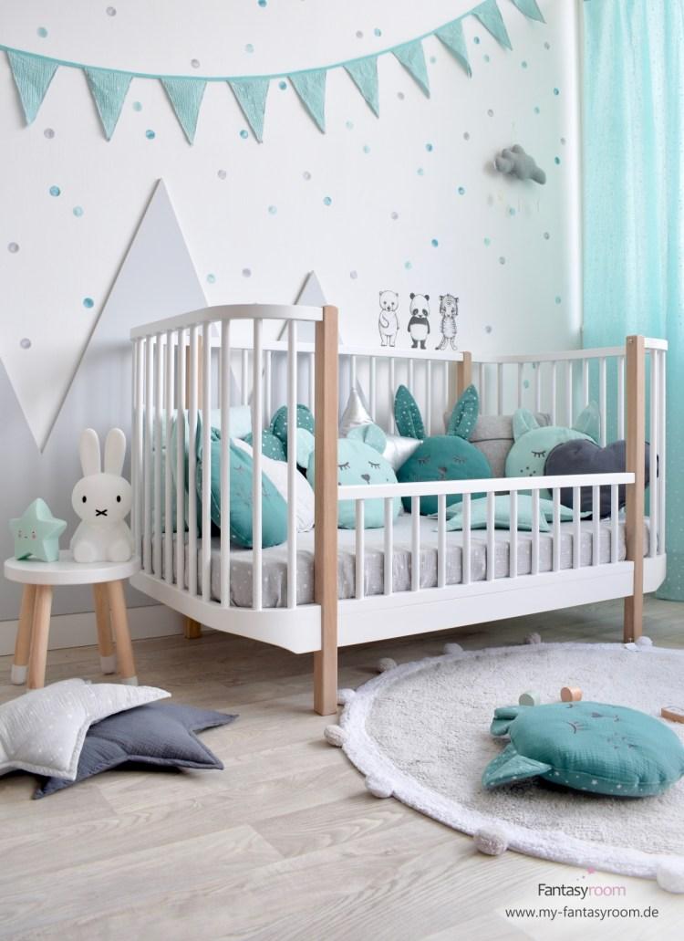 Kinderzimmer mit Punkte Wandstickern in Mint, Jade und Grau