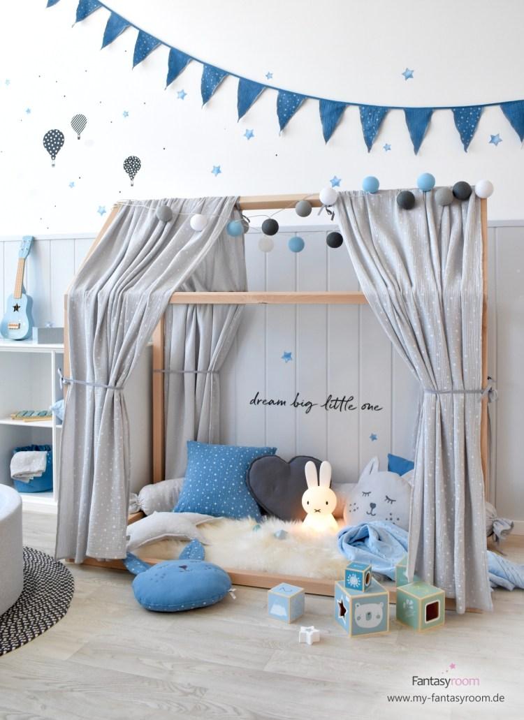 Jungen Kinderzimmer in Blau, Grau und Schwarz, mit Hausbett als Kuschelecke eingerichtetd