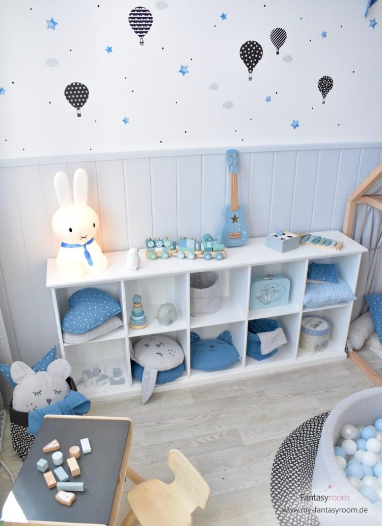 Kinderzimmerregal mit blauen und grauen Musselin Kissen von Dinki Balloon