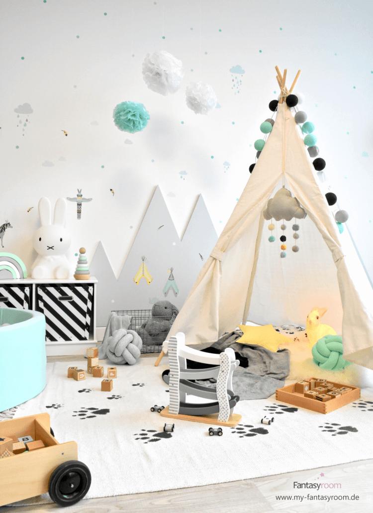 Indianer Kinderzimmer mit grauen Bergen an der Wand