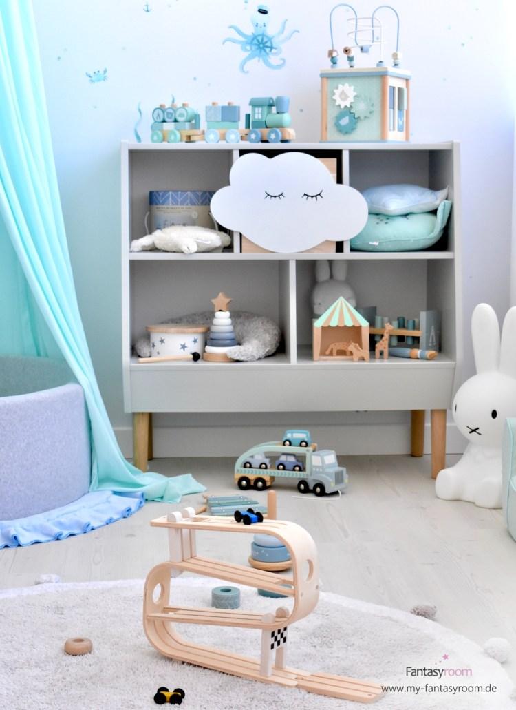 Kinderzimmer mit Spielsachen im offenen, grauen Regal von Done by Deer