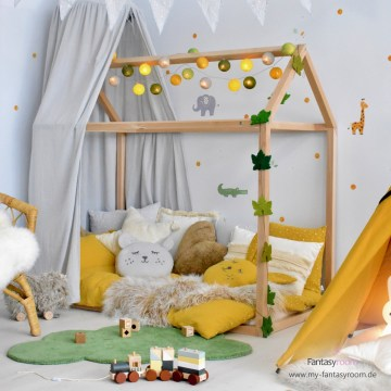 Dschungel Kinderzimmer mit Hausbett und Deko in Senfgelb & Blattgrün