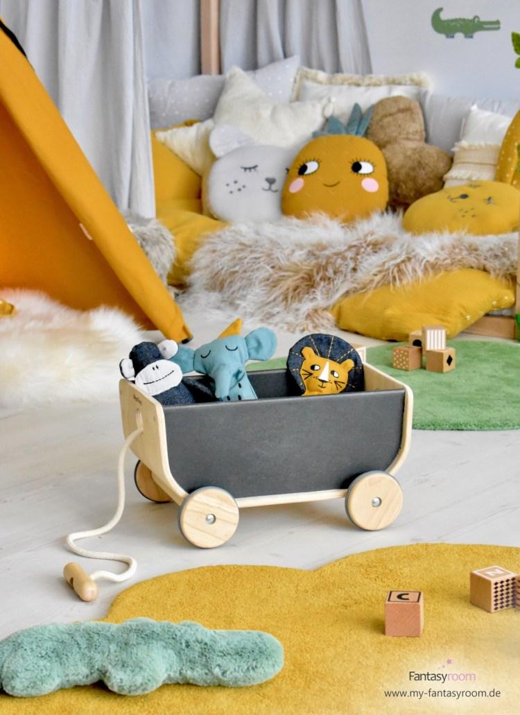 Spielzeugwagen von Plantoys mit Spielpüppchen von Roommate