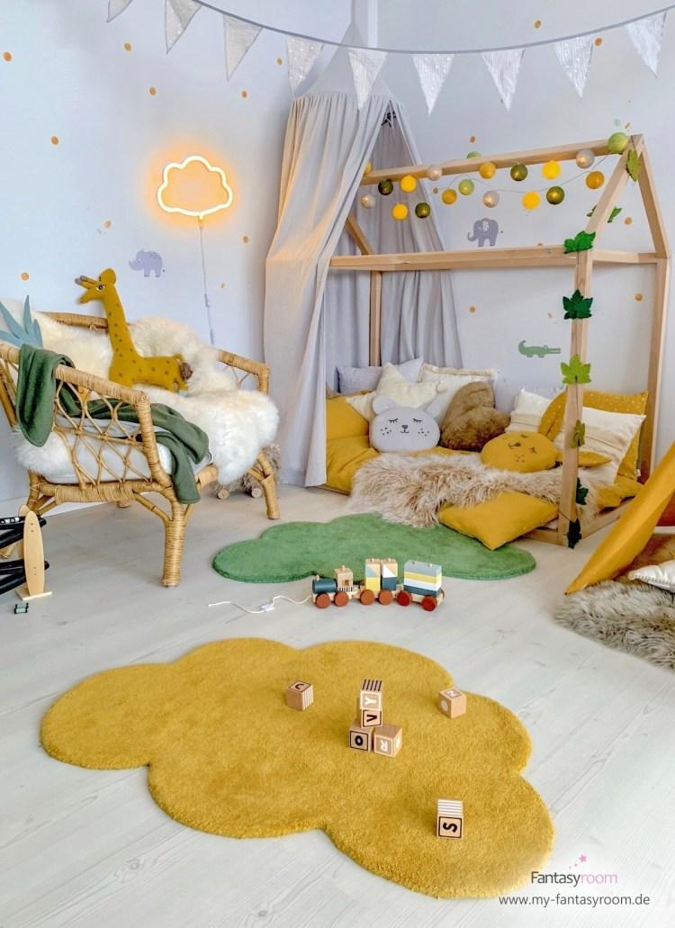 Dschungelzimmer mit Hausbett und senfgelben und waldgrünen Accessoires