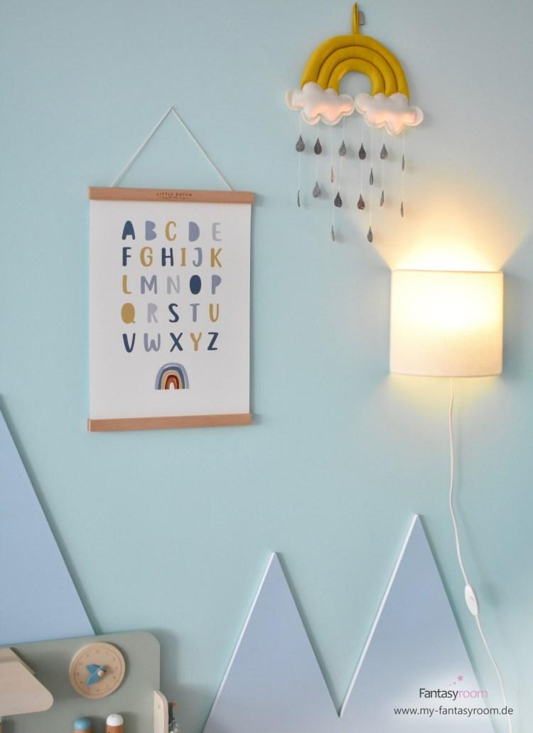 Kinderzimmer Wanddeko mit Poster, Mobile und Wandlampe