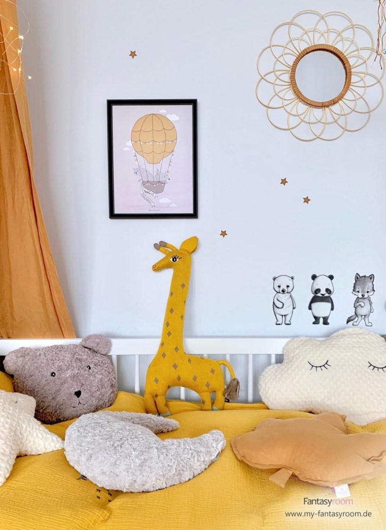 Stylisches KInderzimmer in Senfgelb und Karamelltönen, mit eingerahmtem Poster, Ratten Wandspiegel und Tierchen Wandstickern in Schwarz und Weiß