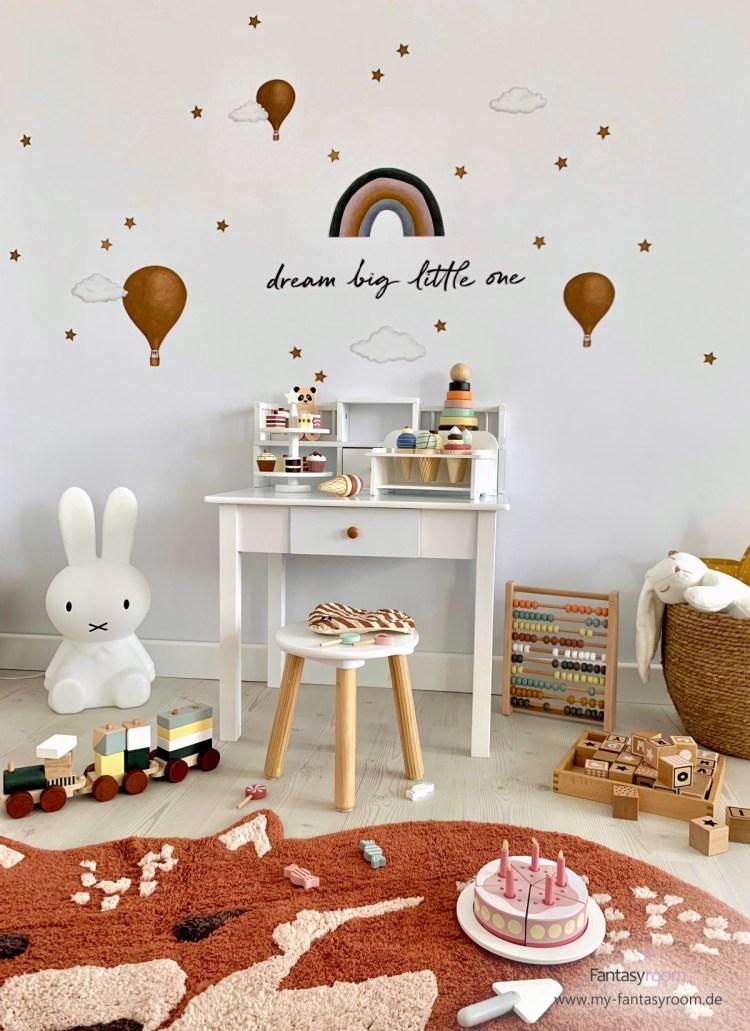 Kindertisch mit Teppich, Miffy Lampe und Holzspielsachen
