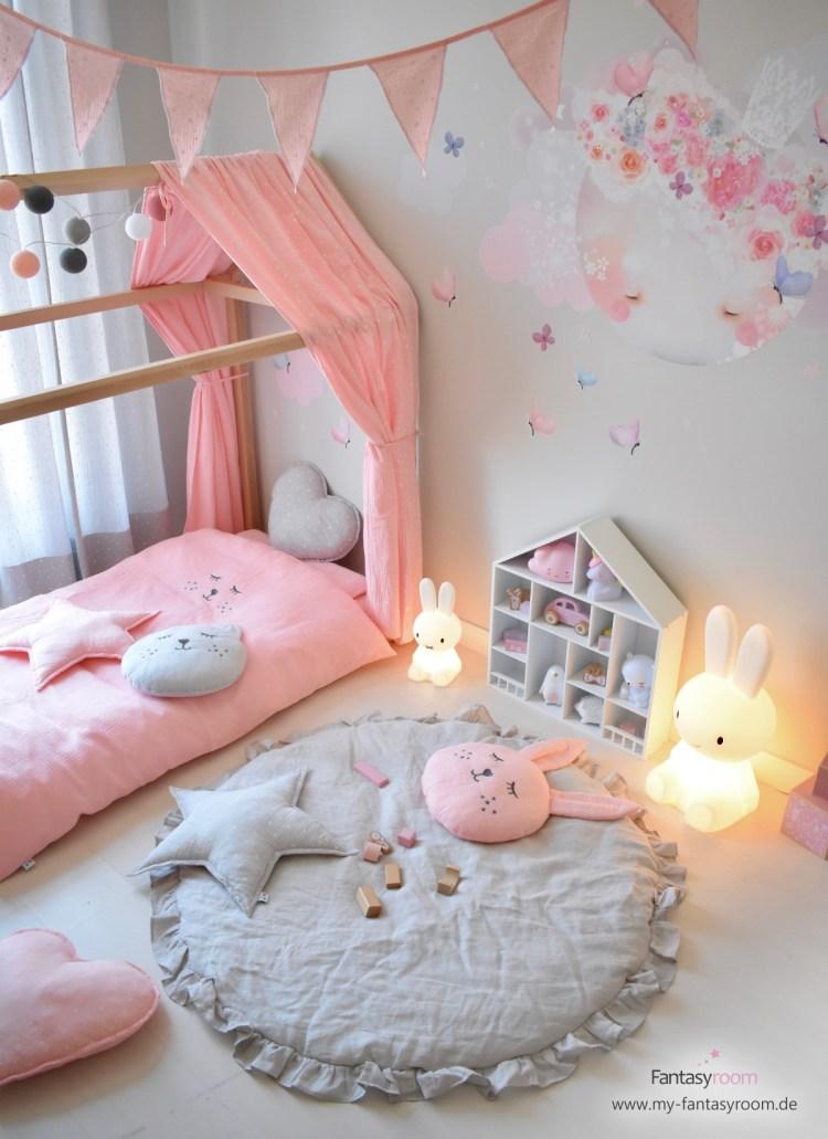 Hausbett mit rosafarbenem Musselin-Stoffhimmel von Dinki Balloon