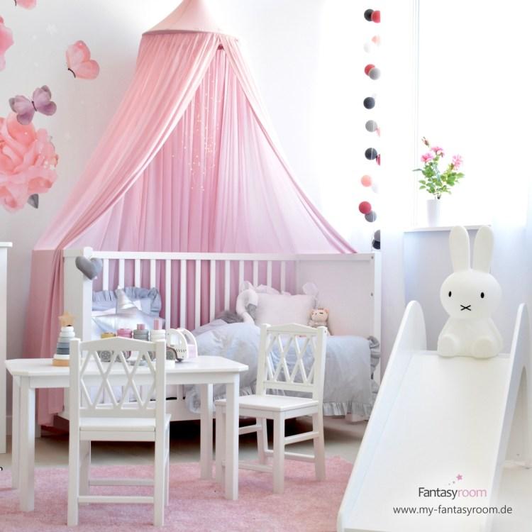 Kinderzimmer für Mädchen mit rosa Betthimmel, Deko und Rutsche