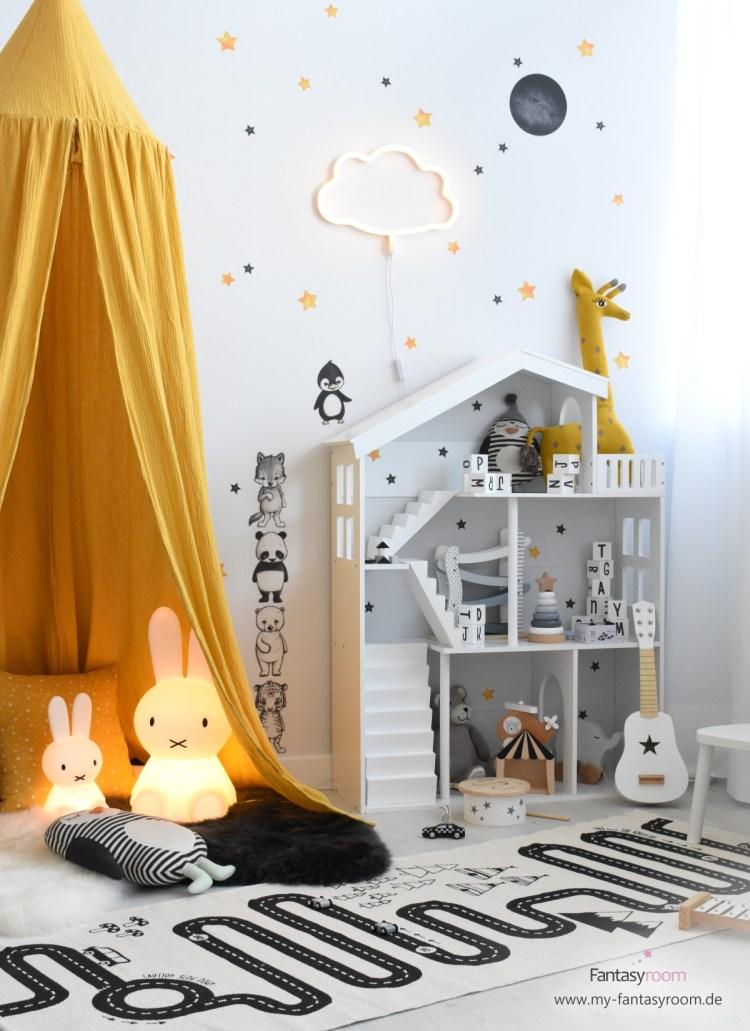 Kinder Spielecke in Senfgelb und Schwarz, mit Puppenhaus Regal, Stickstay Wandstickern und Musselin Textilien