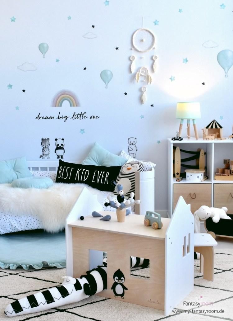 Spielzimmer für Jungen mit cremefarbenem Traumfänger, Wandstickern und Spielmöbel