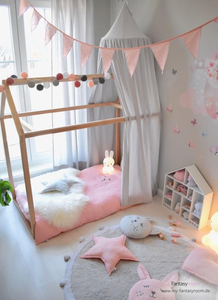 Mädchenzimmer in Rosa un Hellgrau mit Hausbett und Betthimmel