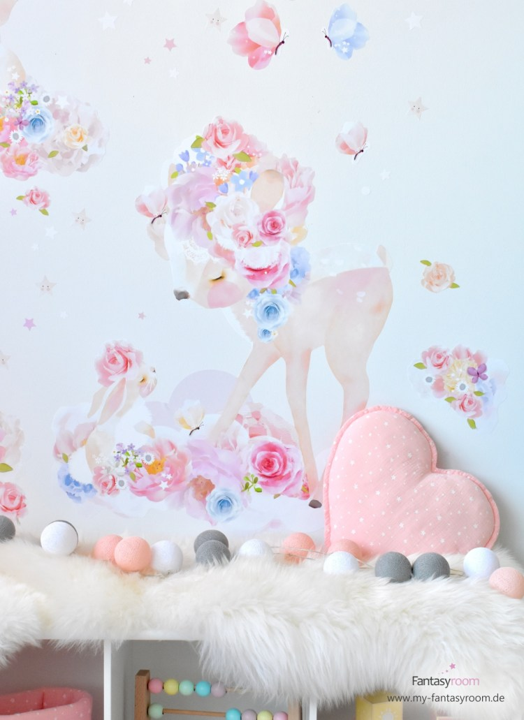 Romantisches, rosafarbenes Rehlein Wandtattoo von Schmooks im Mädchenzimmer