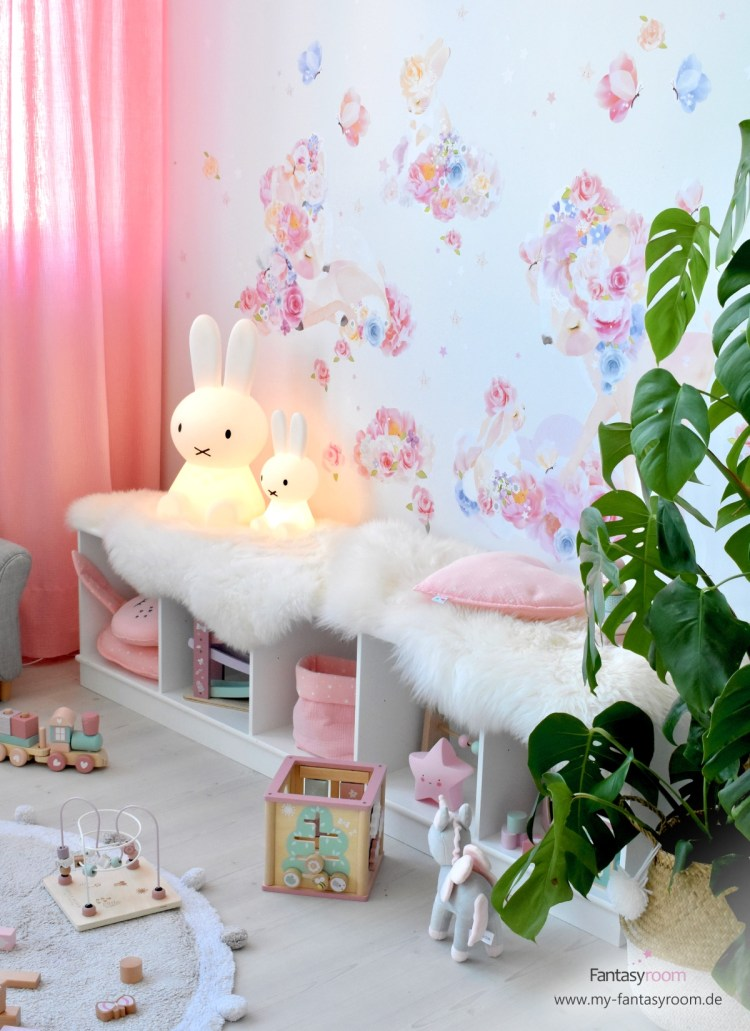Spielecke im Mädchenzimmer mit Stoff-Wandbild 'Blumenrehe & Häschen'
