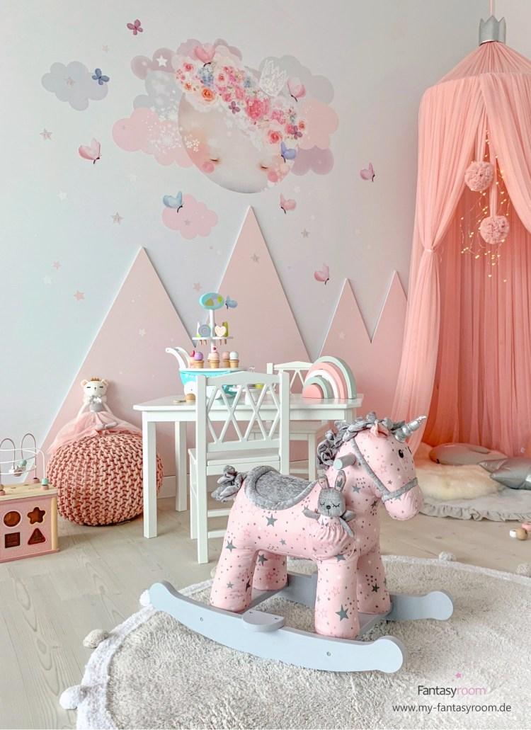 Prinzessinnenzimmer mit rosa Bergen und Stofftattoo 'Schlafender Mond' in rosa