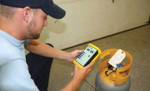 HVAC technician using Neutronics Mini ID refrigerant analyzer to test R-22.