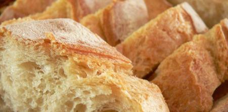 Quand servir le pain et les plats d'un dîner?