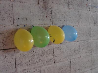 Fixez les ballons lego à votre mur