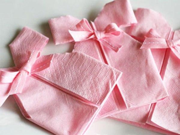 Des serviettes robes pour une baby shower de filles