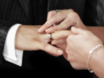 Femme enfilant une alliance à son nouvel époux