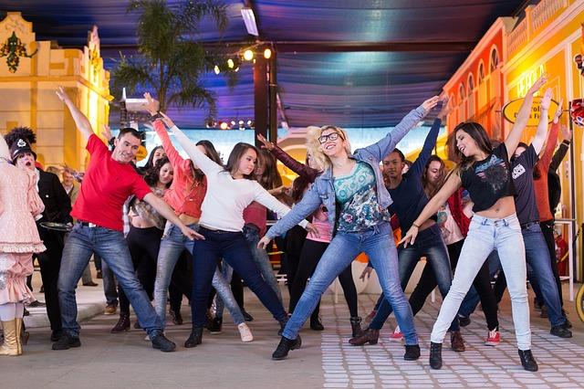 Des jeunes animent une fête avec un flashmob