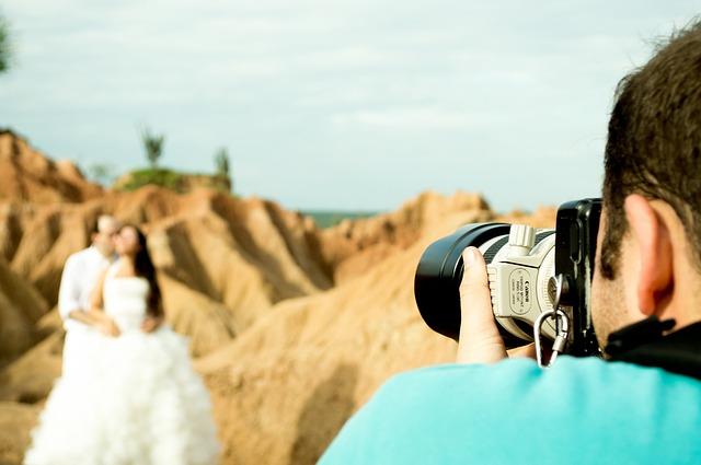 Couple de mariés pris en photo devant les rochers